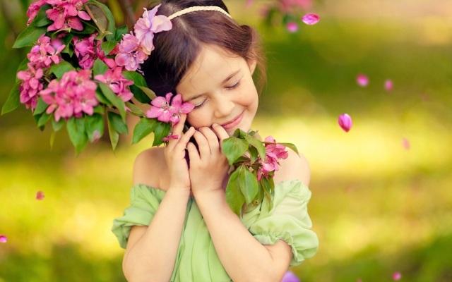 Feeling-happy-of-cute-little-girl